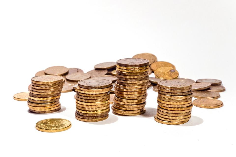 Aktuální úroková nabídka českých bank je při vkladech do 200 000 Kč vyšší a pak se snižuje. Opačně postupuje jen Expobank, která při vkladech do 100 000 Kč nenabízí žádný úrok, pro částky vyšší je nabízena úroková sazba 0,3%.