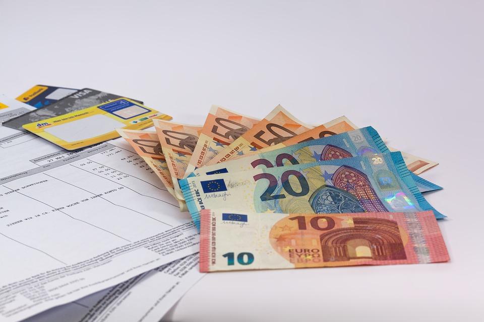 Důležitou podmínkou pro získání půjčky je mít vlastní bankovní účet – peníze si tak nemůžete nechat poslat složenkou, vyplatit na ruku, ale ani nechat poslat na účet někoho blízkého. Pokud jde o doložení příjmů apod., obvykle se tyto dokumenty posílat nemusejí, může se ale stát, že je poskytovatel půjčky po vás bude chtít.