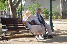 Důchody se zvednou o necelou tisícovku